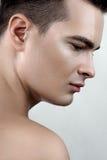Manlig modell med droppar på framsida Royaltyfria Bilder