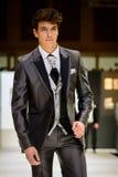 Manlig modell på bärande brudgumdräkt för catwalk Royaltyfri Foto