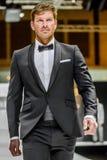 Manlig modell på bärande brudgumdräkt för catwalk Fotografering för Bildbyråer