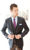 Manlig modell Wearing en Grey Three Piece Suit Arkivbilder