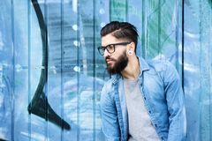 Manlig modemodell med skägget och exponeringsglas Royaltyfri Fotografi