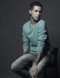 Manlig modemodell med tatueringen royaltyfri foto