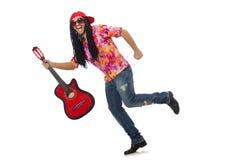 Manlig musiker med gitarren som isoleras på vit arkivbild