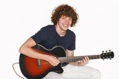 Manlig musiker med hans gitarr Royaltyfria Foton
