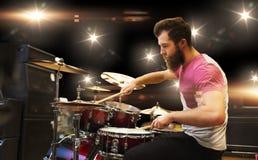 Manlig musiker som spelar cymbaler på musikkonserten Arkivbild