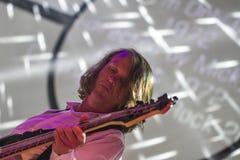 Manlig musiker som spelar elbasen Arkivfoto