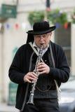 Manlig musiker som spelar en klarinett. Arkivbild