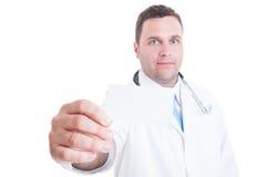 Manlig närbild för kort för affär för läkare- eller doktorsvisningmellanrum Arkivfoto