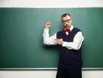 Manlig nerd som visar hans muskler Royaltyfri Foto