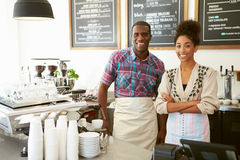 Manlig och kvinnlig ägare av coffee shop Fotografering för Bildbyråer