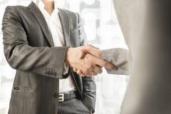 Manlig och kvinnlig affär eller politiska partners som in skakar händer Arkivfoton