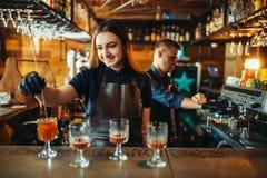 Manlig och kvinnlig bartender på stångräknaren arkivbilder