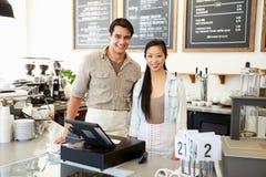 Manlig och kvinnlig personal i coffee shop Arkivfoto