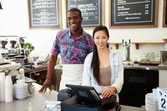 Manlig och kvinnlig personal i coffee shop royaltyfria foton
