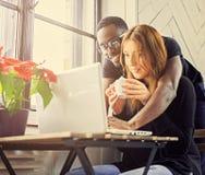 Manlig och kvinnlig student som använder en bärbar dator arkivfoton