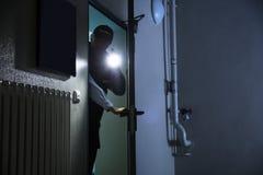 Manlig ordningsvakt Searching With Flashlight arkivfoto