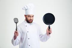 Manlig panna och sked för kockkockinnehav arkivfoton
