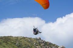 Manlig Paraglider för slumpmässigt flyg, bluffen, Victor Harbor, SA Arkivfoton