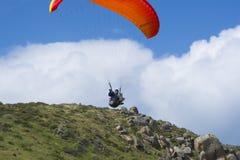 Manlig Paraglider för slumpmässigt flyg, bluffen, Victor Harbor, SA Royaltyfri Bild