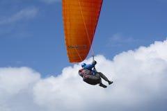 Manlig Paraglider för slumpmässigt flyg, bluffen, Victor Harbor, SA Royaltyfri Fotografi