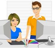 Manlig partner för grafisk formgivare som hjälper hans kvinnliga kollega hur man arbetar med en grafisk minnestavla vektor illustrationer