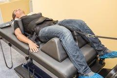 Manlig patient på icke-kirurgisk behandlingsjukgymnastik av utvidgning för lumbal rygg och ryggmärgi vårdcentral arkivbilder