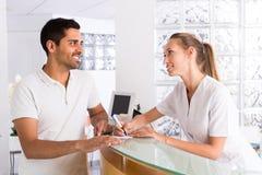 Manlig patient som besöker den medicinska kliniken royaltyfri bild
