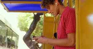 Manlig pendlare som använder virtuell verklighethörlurar med mikrofon, medan resa i bussen 4k lager videofilmer