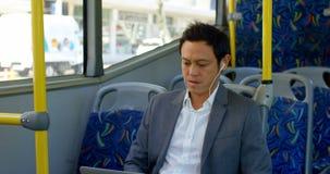 Manlig pendlare som hjälper den mogna pendlaren att få upp, medan resa i bussen 4k stock video