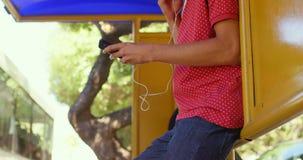 Manlig pendlare som hjälper den mogna pendlaren, medan resa i bussen 4k lager videofilmer