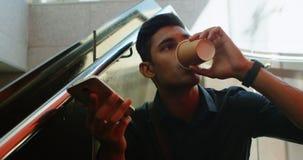 Manlig pendlare som talar på mobiltelefonen, medan ha kaffe 4k stock video