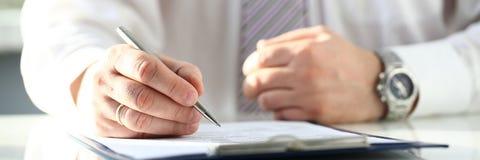 Manlig penna för silver för doktorshandhåll som fyller listan för tålmodig historia arkivfoto