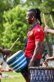 Manlig percussionist för afrikansk amerikan och hans djembevalsbongo fotografering för bildbyråer