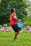 Manlig percussionist för afrikansk amerikan som framme spelar hans djembevalsbongo av åhörarna royaltyfri fotografi