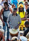 Manlig percussionist för afrikansk amerikan som spelar rytm med hans djembevalsbongo arkivfoto