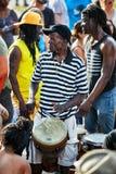 Manlig percussionist för afrikansk amerikan som spelar rytm med hans djembevalsbongo royaltyfri foto