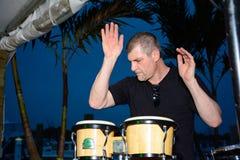 Manlig percussionist som spelar bongos Arkivbild