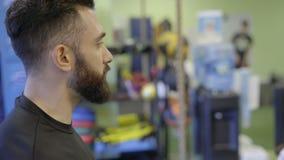 Manlig personlig instruktör i en idrottshall arkivfilmer