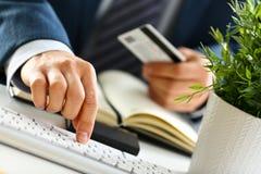 Manlig press för armhållkreditkorten knäppas danandeöverföring royaltyfria bilder