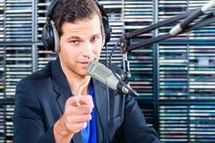 Manlig radiopresentatör i radiostation på luft Royaltyfria Bilder