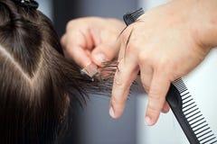 Manlig rakknivfrisyr av en frisörman Royaltyfri Bild