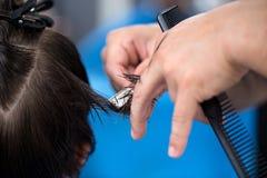 Manlig rakknivfrisyr av en frisörman Fotografering för Bildbyråer