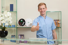 Manlig receptionist med ok gest royaltyfria foton
