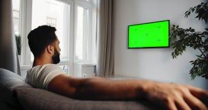 Manlig roterande chromakey på TV lager videofilmer