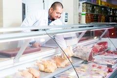 Manlig säljare i halal avsnitt på supermarket Arkivbild