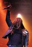 Manlig sångare på heavy metalkonserten Royaltyfria Bilder