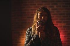 Manlig sångare som sjunger i nattklubb Arkivbild