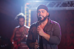 Manlig sångare som sjunger på nattklubben Royaltyfria Bilder