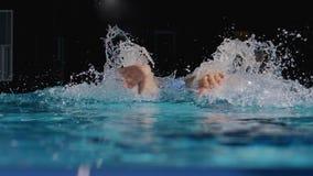 Manlig simmare som utför fjärilsslaglängden arkivfilmer