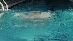 Manlig simmare som utför fjärilsslaglängden lager videofilmer